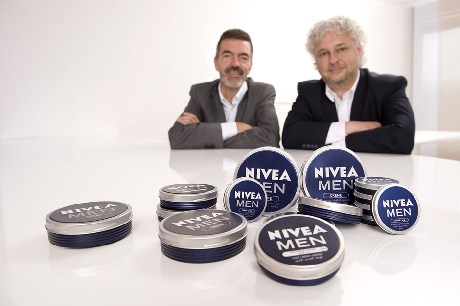 Klaus-Peter Stange (l.) and Peter Steidle on a table with NIVEA MEN creme tins